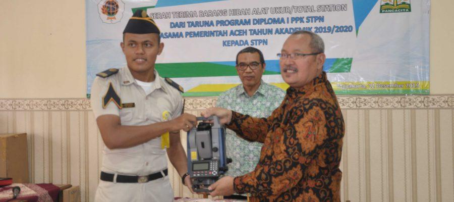 Serah Terima Barang Hibah Alat Ukur Total Station Dari Taruna Program Diploma I PPK STPN Kerjasama Pemerintah Aceh Tahun Akademik 2019/2020 Kepada STPN