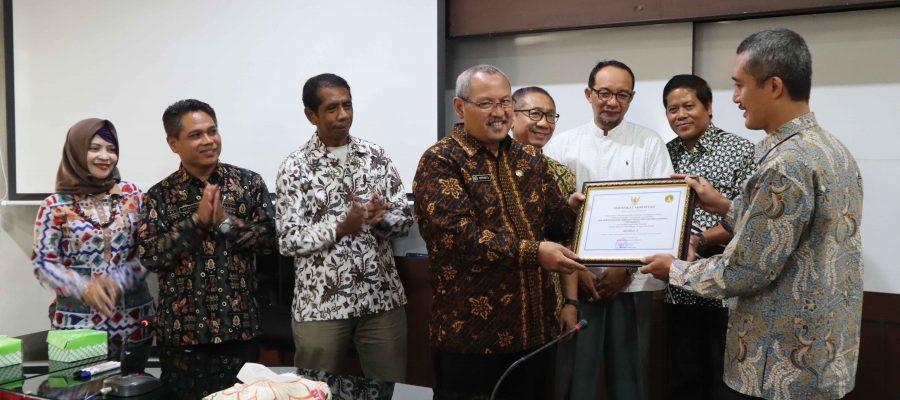 Penyerahan Sertifikat Reakreditasi dari Perpustakaan Nasional kepada Perpustakaan Sekolah Tinggi Pertanahan Nasional Yogyakarta